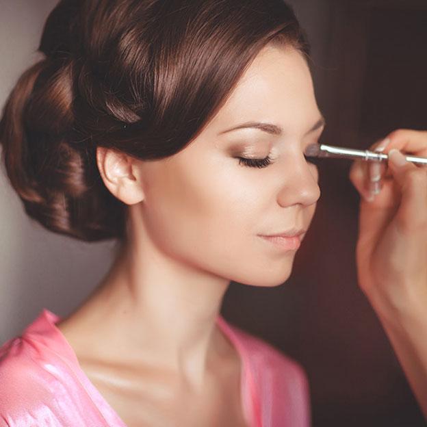 Look de bal: bronzage divin et maquillage lumineux
